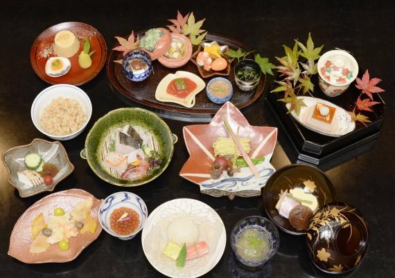 Традиционная сервировка по канонам высокой кухни. Фото из ресторана Yonemura Находящимся в Токийском районе Гинза.
