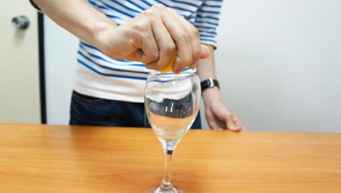 Как удобней и экономичней выжать лимонный сок из лимона.