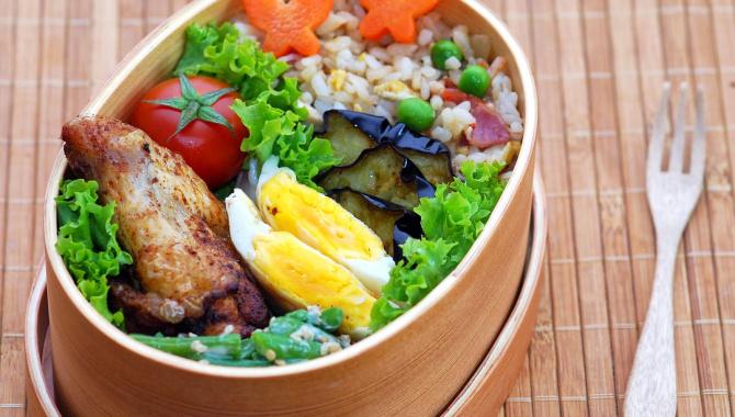 Бэнто с куриным крылышком и жареным рисом