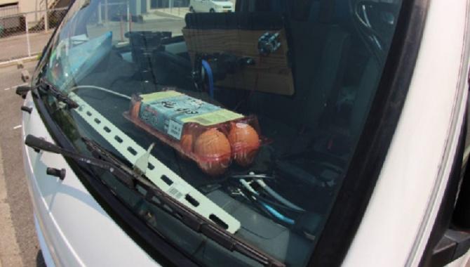 В жару японец готовит обед на приборной доске автомобиля