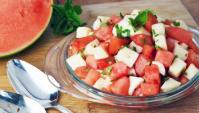 Летний арбузный салат с сыром моцарелла