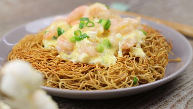 Жареные креветки с яйцом и хрустящей лапшой - Пошаговый рецепт