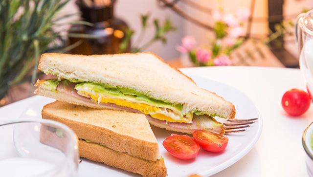 Тосты с сыром, авокадо и ветчиной - пошаговый рецепт