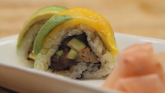 Жёлто - зеленый ролл. Как сделать суши. Японская кухня.