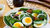 Салат с вареными яйцами и зеленым луком