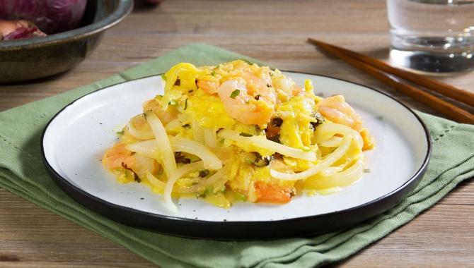 Яичница-болтунья с луком и креветками - пошаговый рецепт