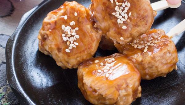 Цукунэ Данго – куриные фрикадельки, нанизанные на шпажки
