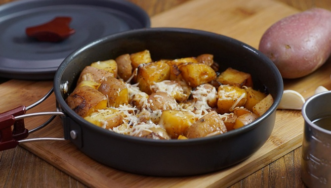 Жареный картофель с приправами и сыром - пошаговый рецепт