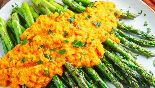 Жареная спаржа с морковно-имбирной заправкой - Рецепт
