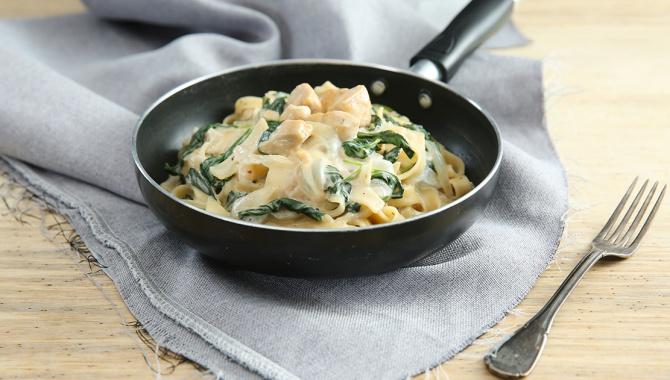 Лапша с курицей, шпинатом и сыром - пошаговый рецепт