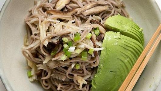 Салат с лапшой соба, редькой дайкон и грибами шиитаке - рецепт