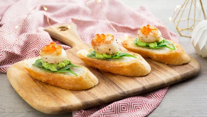 Тосты с авокадо и гребешками - пошаговый рецепт
