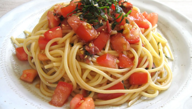 Спагетти с умэбоси, помидором и листьями шисо - рецепт