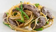 Жареная лапша с говядиной, чесноком и спаржей - Рецепт