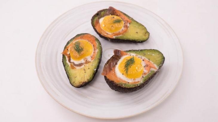 Запеченное авокадо с яйцом и лососем - пошаговый рецепт