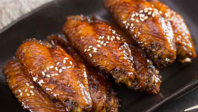 Тушеные в темном пиве куриные крылышки - пошаговый рецепт
