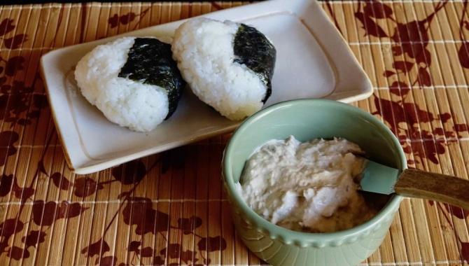 Онигири с начинкой из тунца и майонеза - Рецепт