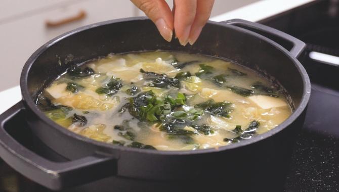 Мисо суп с лососем и морскими водорослями - пошаговый рецепт