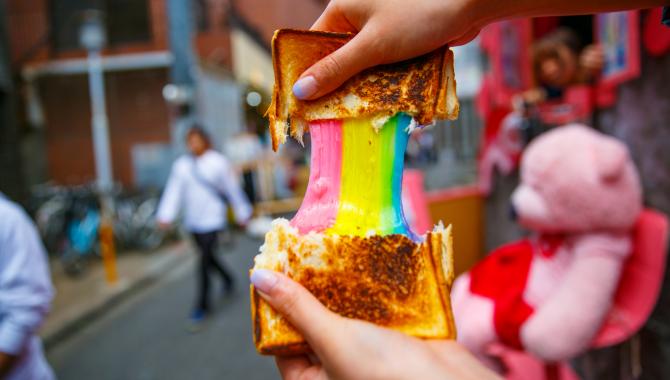 В Японии научились делать тосты с радужным сыром