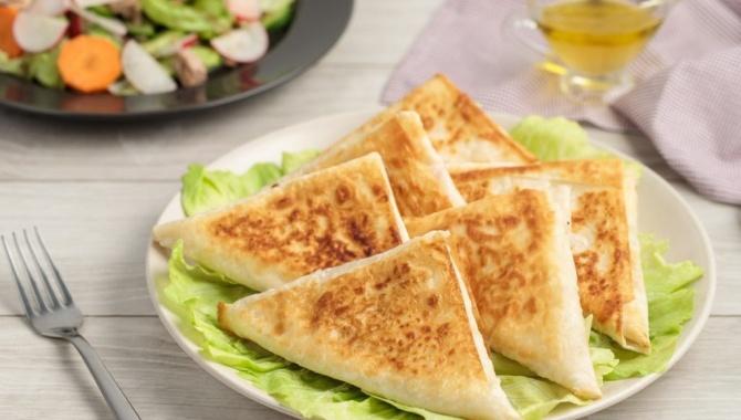 Треугольники из лаваша с консервированным тунцом - Рецепт