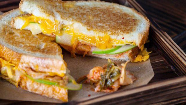 Жареный сэндвич с сыром и кимчи