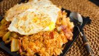 Жареный рис с кимчи и беконом