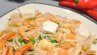 Жареная лапша удон с креветками, тофу и луком-пореем.