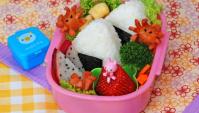 Бэнто с онигири, тофу и фруктами