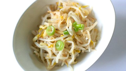 Салат из бобовых ростков мунг