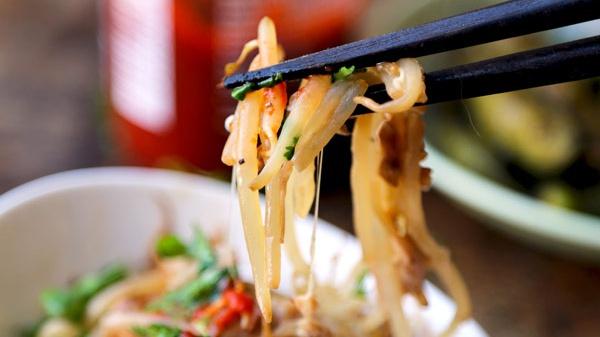 Бобовые ростки с сыром и соусом Шри Рача - пошаговый рецепт