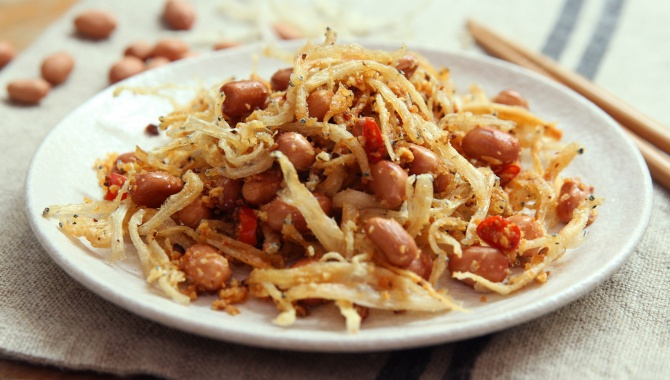 Арахис, жареный с чесноком и сушеными анчоусами - пошаговый рецепт