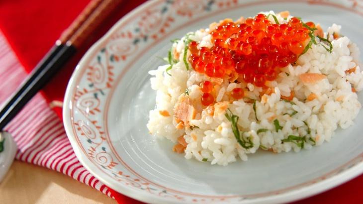 Суши с лососем и красной икрой - пошаговый рецепт