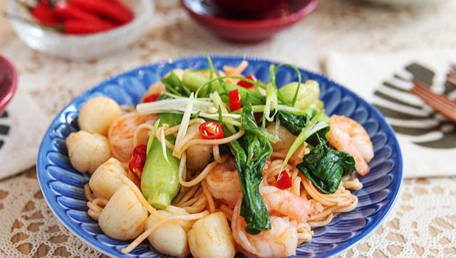 Лапша с морепродуктами в томатном соусе - пошаговый рецепт