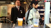 Японцы наливают пиво через дно стакана