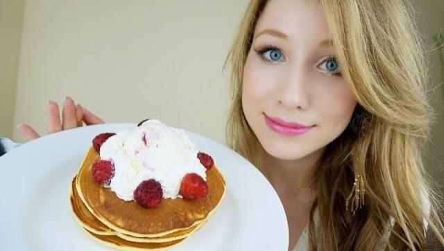 Мороженое с персиком и малиной и оладушки - Видео