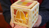 Японский умелец делает фонарь из конфет