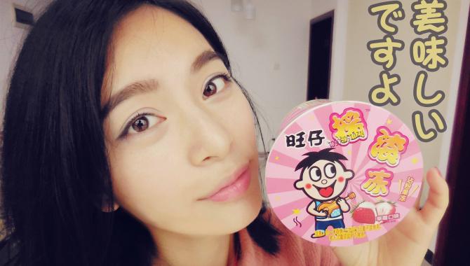 Милая китаянка пробует необычные сладости, еду - Видео
