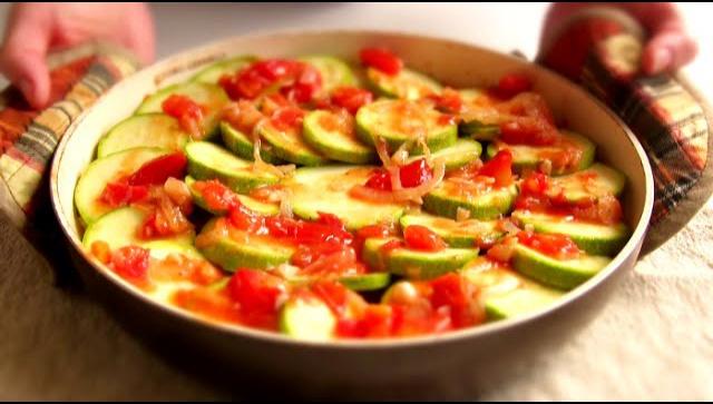 Кабачки в духовке с помидорами - Видео-рецепт