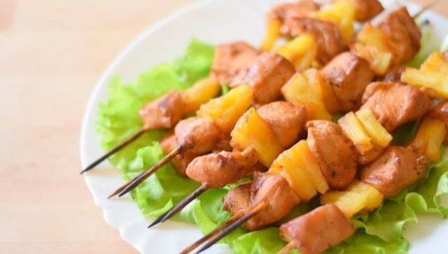 Шашлык из курицы с ананасами в духовке - Видео-рецепт