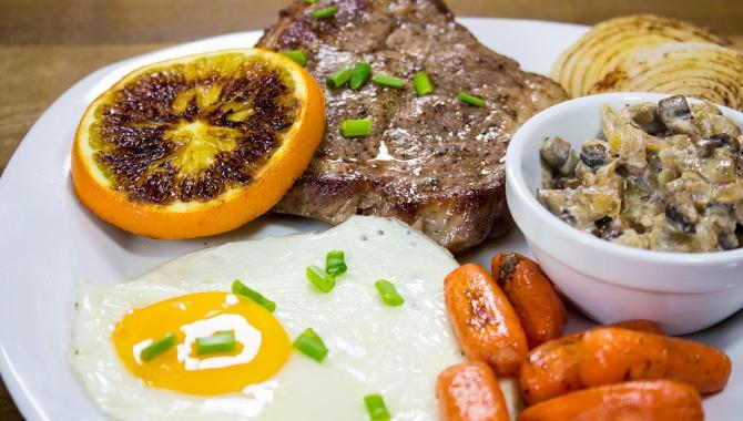 Стейк с грибной поджаркой, яйцом и овощами гриль на сковороде iQuick - Видео