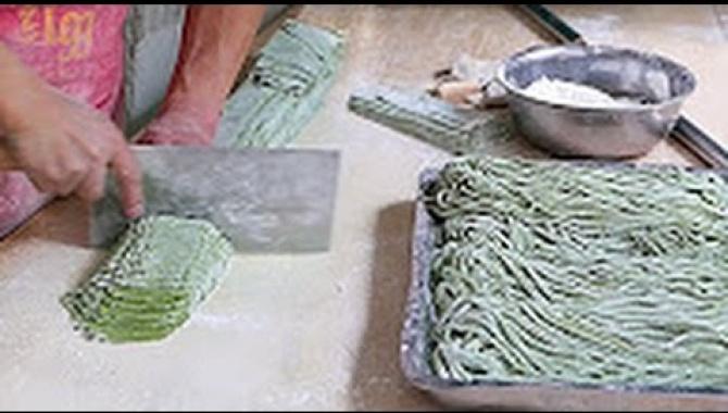 Как готовят шпинатную лапшу. Удивительная китайская кухня (Видео)