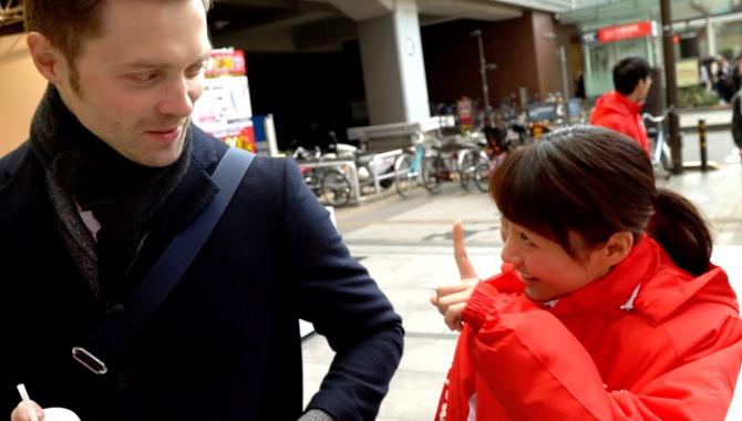 Персик и клубничка. Мужик-мейдо и странные фотосессии. Задворки Акихабары (Видео)