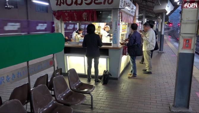 Уличная еда на железнодорожной станции в Японии (Видео)