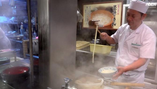 Приготовление лапши Удон - Еда в Киото (Видео)