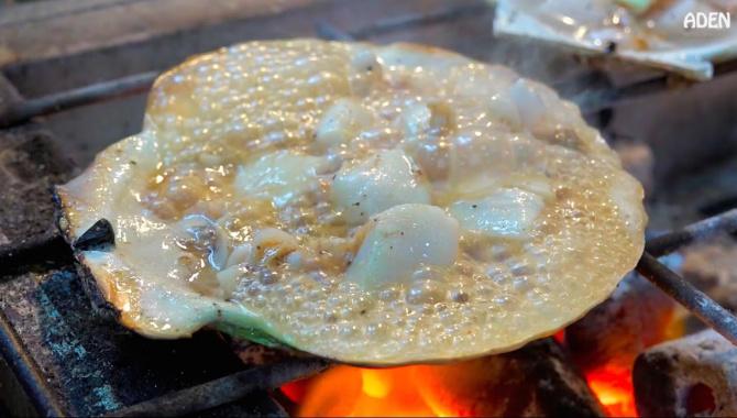 Японская уличная еда: гигантские гребешки (Видео)