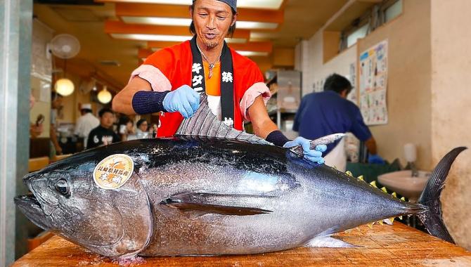 Уличная еда в Японии - Разделка тунца и приготовление суши (Видео)