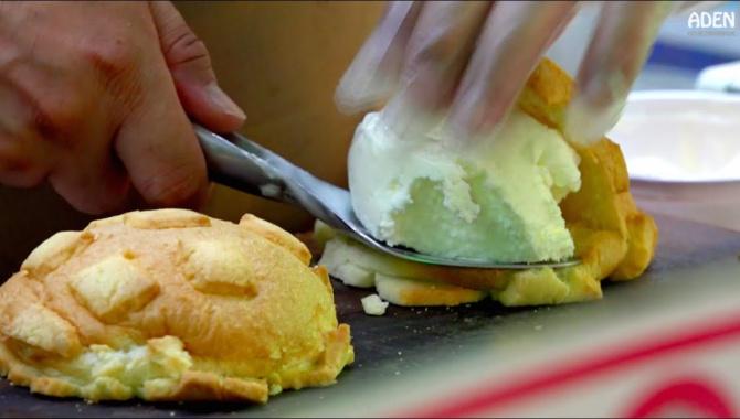 Мэлонпан с мороженым - Уличная еда в Японии (Осака)