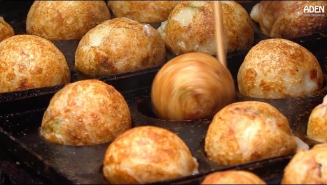 Уличная еда в Японии - Такояки (Видео)