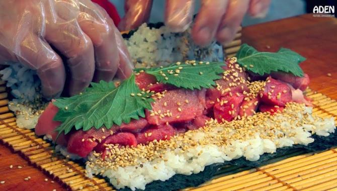 Японская уличная еда: Суши-роллы с тунцом, Тэмпура, Говядина с рисом, Унаги и Тамагояки (Видео)