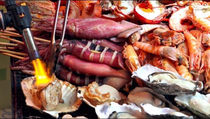 Японская уличная еда: устрицы, говядина Вагю, омары и гребешки (Видео)